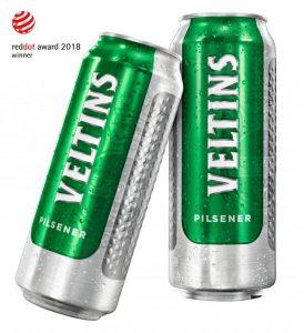 <!-- wp:paragraph --><p>And the winner is… Veltins hat mit seiner neuen Dose überzeugt und den Red Dot Award: Communication Design 2018 abgesahnt. Das Design wurde besonders mit Blick auf das gesamte Verpackungsdesign von Veltins ausgezeichnet. Sowohl Flaschen als auch der Marken-Kasten wurden ebenfalls mit besonderem Augenmerk auf Haptik und Funktionalität entwickelt.</p><!-- /wp:paragraph --><!-- wp:paragraph --><p>Der Kasten ist mit besonders angenehmen und rutschfesten Griffen ausgestattet. Am Griff sind ebenfalls Noppen, wie man sie auch an der Dose findet. Außerdem ist der Kasten, wie die Dose ebenfalls, in einem gebürsteten Aluminium-Design. Darüber hinaus ist das Logo sowohl auf dem Kasten als auch auf allen Flaschen und Dosen geprägt und dadurch auch spürbar. Das führt nicht nur dazu, dass die Verpackungen haptisch besonders ansprechend und funktional sind, sondern die Dose reiht sich in ihrer Gestaltung auch in ein einheitliches Gesamtbild ein, welches den Premiumcharakter der Marke unterstreicht.</p><!-- /wp:paragraph -->