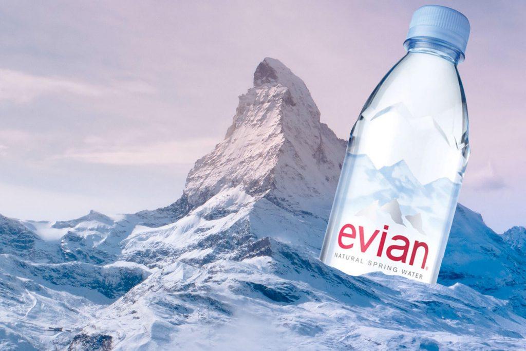 Evian-Flasche im Meer
